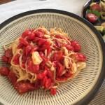 プチトマトを半分に切って オーブン皿に並べて120度で1時間。オリーブオイル、塩、コショウで和えたソース