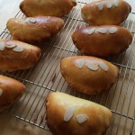 ほんわり温かいクリームパンは焼きたてならではの味!