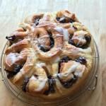 シナモンロールはケーキ型で丸く大きく焼くと豪華になります