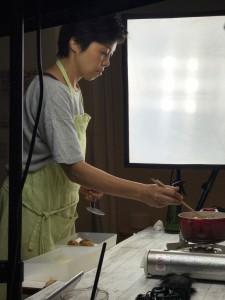 料理はタイミングが大事! 油の温度変化を見逃さないように、むっちゃ真剣です。