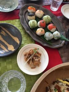 おもてなしコースでは手まり寿司とごま豆腐なども作りますよ。