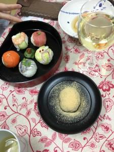 この日のメニューは 手まり寿司、ごま豆腐、わらび餅